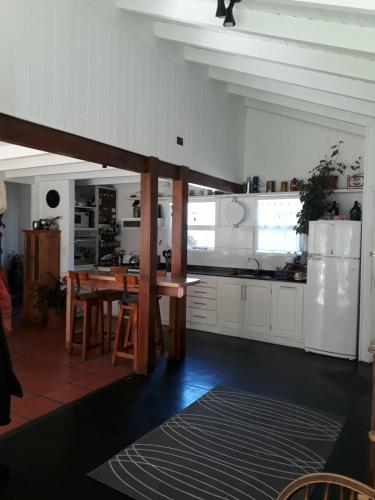 Una cocina o kitchenette en cabaña con arroyo