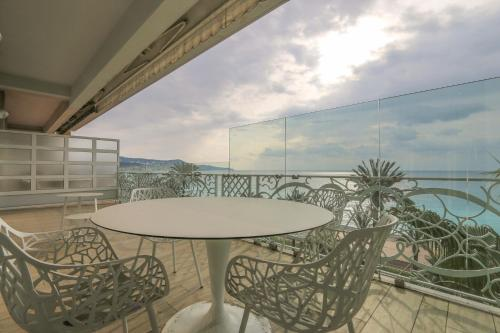A balcony or terrace at Seafront Modern Apartment