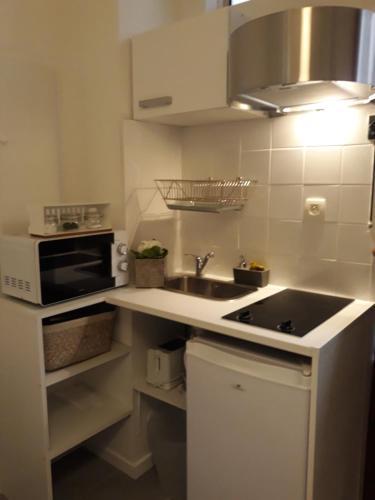 A kitchen or kitchenette at Paris Lady Mimi