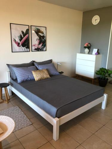 A bed or beds in a room at Studio Kaoha Nui