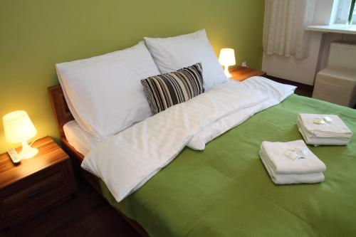Łóżko lub łóżka w pokoju w obiekcie Glam House Apartments