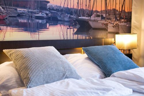 Łóżko lub łóżka w pokoju w obiekcie Neptun Park - Molo