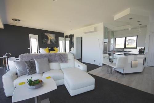 A seating area at Horizon Deluxe Apartments