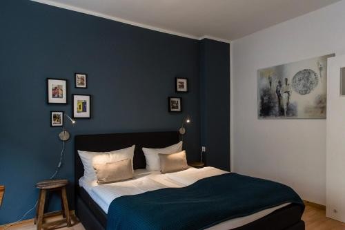 A bed or beds in a room at Berlinappart - Tiergarten Central Apartment