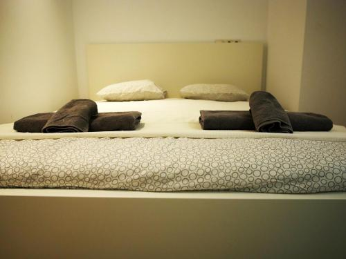 A bed or beds in a room at Perla Seven Apartments and Rooms