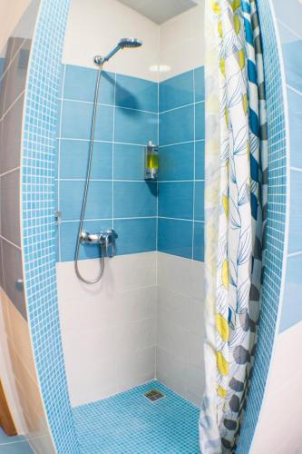 A bathroom at Hostel Yakor