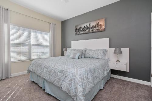 سرير أو أسرّة في غرفة في Four Bedrooms w/ Game & Pool 4900