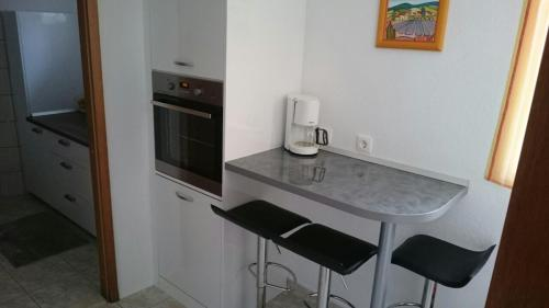 A kitchen or kitchenette at Apartments Varos