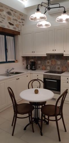 A kitchen or kitchenette at Villa Aposperitis