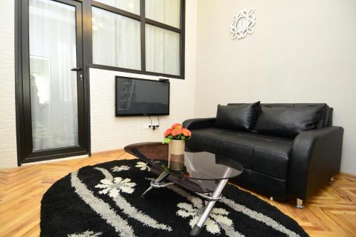 A seating area at Nica's Apartment