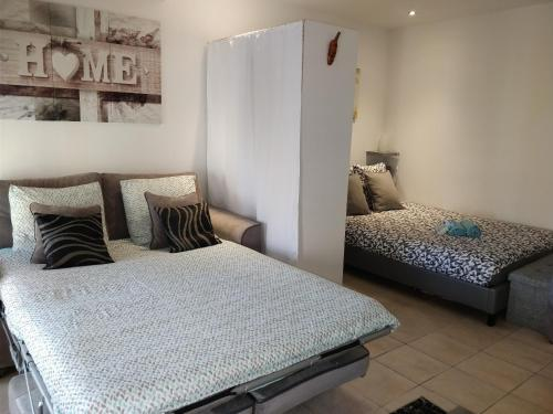 A bed or beds in a room at studio cocooning Frejus centre historique