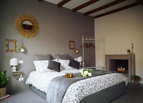 A bed or beds in a room at Charming flat Righi Bologna