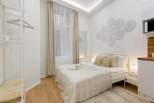 A bed or beds in a room at Budapest Holidays Harmony