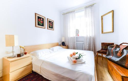 A bed or beds in a room at Sunny Apartment in Old Town