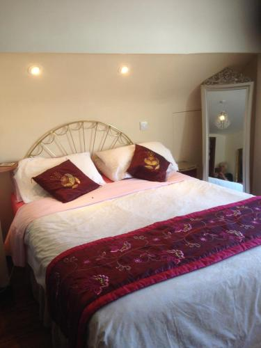 A bed or beds in a room at Valentia House