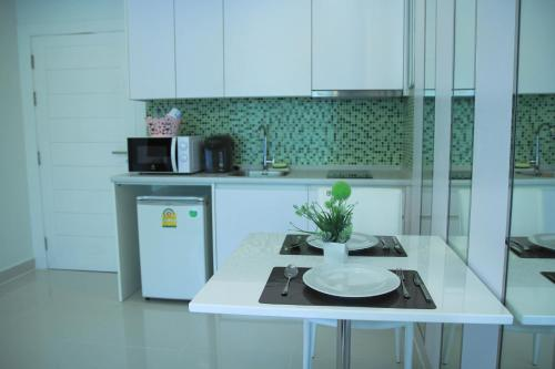 A kitchen or kitchenette at Amazon Residence by Pam