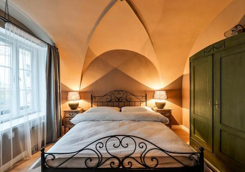 Un ou plusieurs lits dans un hébergement de l'établissement Historical Apartment between Prague Castle and Charles Bridge