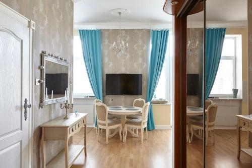 A television and/or entertainment centre at Apartamenty Kocham Morze