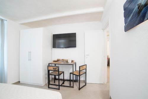 Télévision ou salle de divertissement dans l'établissement 330 Holiday Apartments Manarola