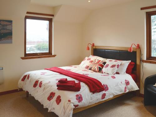 A bed or beds in a room at Postie'S Path Cottage