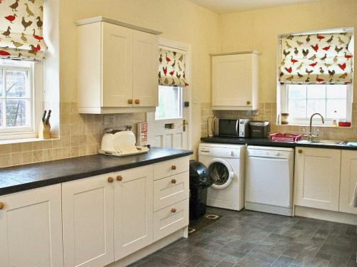 A kitchen or kitchenette at Tommies Cottage