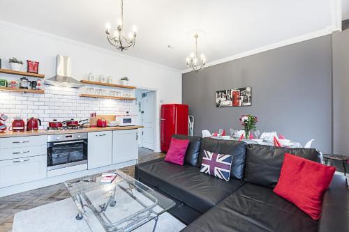 A seating area at CDP Apartments–Mornington Crescent
