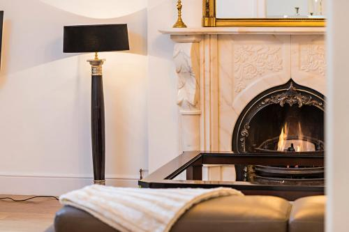 Telewizja i/lub zestaw kina domowego w obiekcie Luxurious 3 Bed Apartment Ballsbridge area