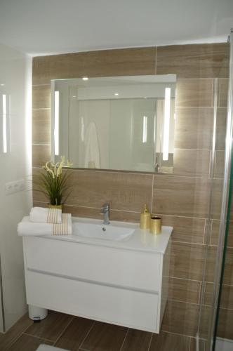 A bathroom at New Luxury Duplex Castle Harbour Cristianos