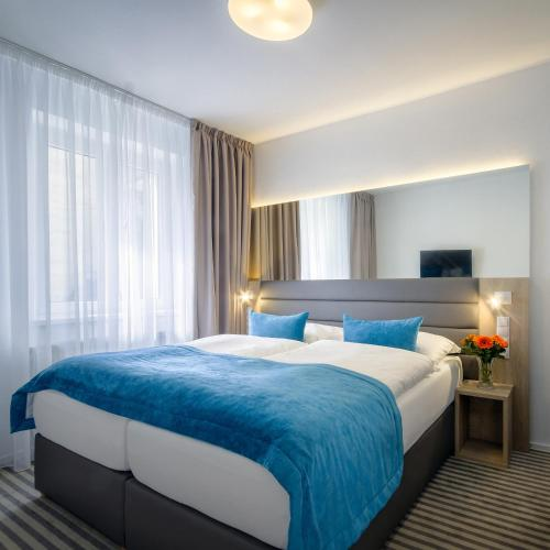 Ein Bett oder Betten in einem Zimmer der Unterkunft Hotel White Lion
