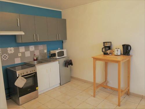 A kitchen or kitchenette at L'olivier