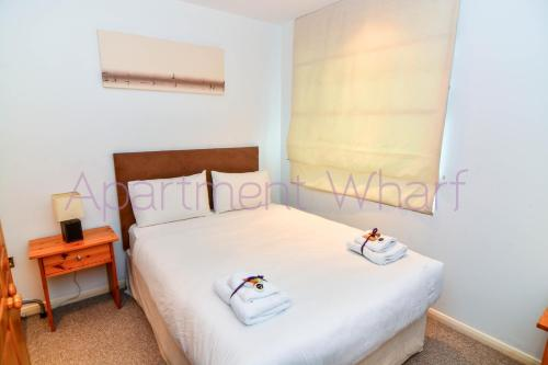 A bed or beds in a room at Budget Apartments Canary Wharf