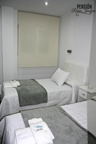 A bed or beds in a room at Pension Reina Josefina