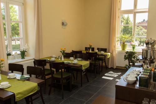 Ein Restaurant oder anderes Speiselokal in der Unterkunft Bahnhofsquartier Bad Wilsnack