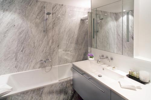 A bathroom at Montmartre Residence