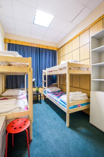 A bunk bed or bunk beds in a room at Hostel Vpechatlenie