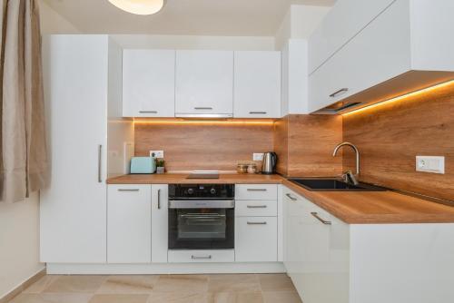 מטבח או מטבחון ב-GORA | Two Bedroom Central Apartment | Zaimov Park
