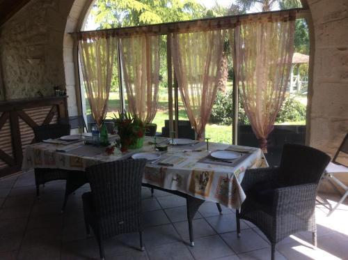 A restaurant or other place to eat at Gîte Le Bois de Montpouillan
