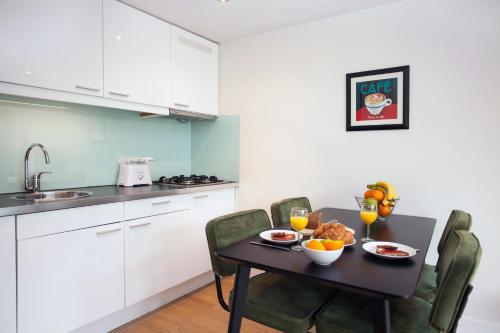 Cuisine ou kitchenette dans l'établissement Stayci Serviced Apartments Central Station