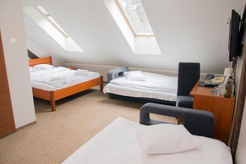 Łóżko lub łóżka w pokoju w obiekcie Dwór Górny