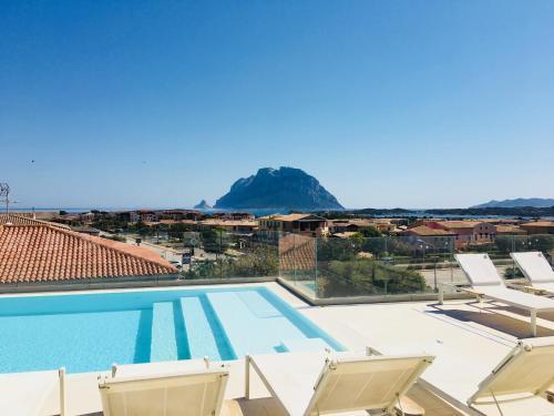 En udsigt til poolen hos Residence Hotel Porto San Paolo eller i nærheden