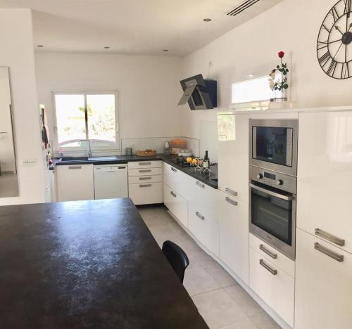 A kitchen or kitchenette at Villa laura