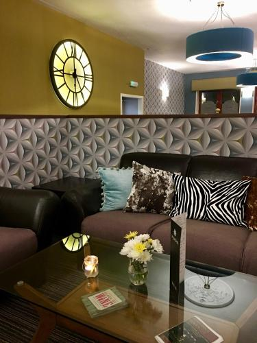 A seating area at Linsmohr Hotel