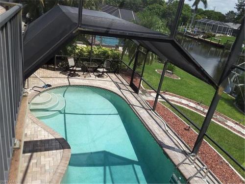 Ein Blick auf den Pool von der Unterkunft Waterfront Pool Home oder aus der Nähe