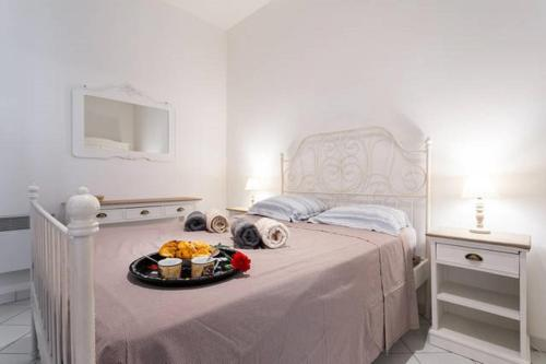 A bed or beds in a room at STE REPARATE F4 MODERNE, DESIGN, Place Rossetti, heart old town