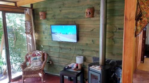Una televisión o centro de entretenimiento en Pisco Elqui HolidayHome