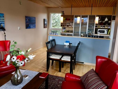 The lounge or bar area at Kluane Green Sprout Vacation Home
