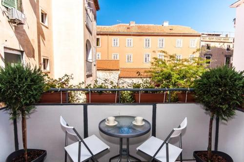A balcony or terrace at Fifi apartment w. parking in old town