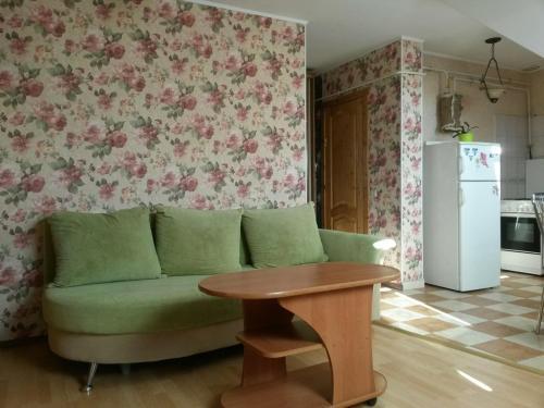 A seating area at Leonard Apartment