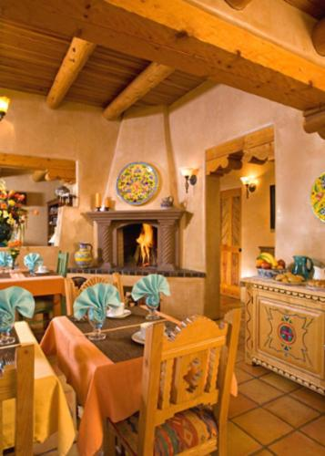 A restaurant or other place to eat at El Farolito B&B Inn