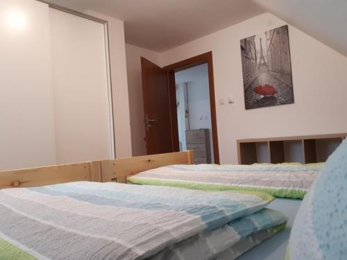 A bed or beds in a room at Sarah´s Klein aber fein